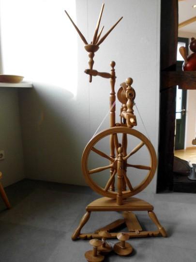 Spinnrad Hochrad mit Wollewocken
